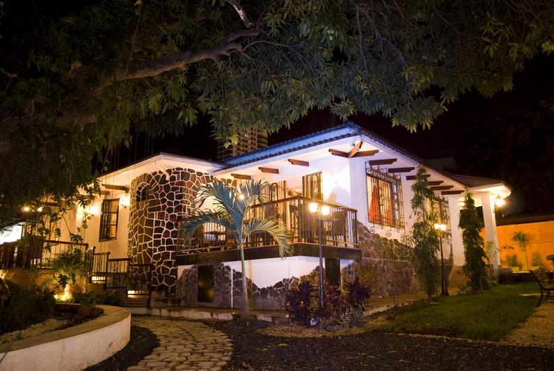 Restaurante María Bonita. Fachada nocturna.